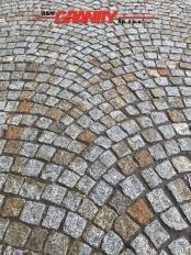 Kostka granitowa, łupana, szaro-żółta (polski mrozoodporny granit średnioziarnisty)