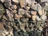 Kalkstein, Granit, Serpentin aus Polen für Gabionen – Gabionenwand, Gabionen Mauer/ Mauer aus Gabionen, Ziersteine / Gemischte Natursteine für Gabionenkörbe (Beispiel), Natursteinmauer, Gabionenzaun, Gabionenmauer, Naturstein für Gabionen, Naturstein aus Polen, Polengranit, schwedische Natursteine
