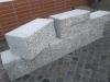 Granit-Mauersteine / Naturstein-Mauer / Granit-Mauer (grau, Mittelkorn). Zwei Flächen - gespalten, vier Flächen – gesägt (Granit-Mauersteine aus Polen), Mauersteine für eine Natursteinmauer, Polengranit