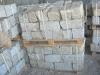 Kamień murowy z granitu, szaro-zółty, średnie ziarno