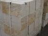 Sandstein-Mauersteine / Naturstein-Mauer / Sandstein-Mauer (grau-gelb). Zwei Flächen - gespalten, vier Flächen – gesägt (Sandstein-Mauersteine aus Polen), Natursteinmauer, Sandsteinmauer