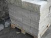 Kamień murowy z piaskowca szaro-beżowego (cztery strony cięte, dwie strony łupane)