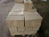 Sandstein-Mauersteine / Naturstein-Mauer / Sandstein-Mauer (grau-gelb). Zwei Flächen - gespalten, vier Flächen – gesägt (Sandstein-Mauersteine aus Polen), Mauersteine für eine Natursteinmauer, Polensandstein