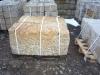 Kamień murowy z piaskowca szaro-zółtego, łupany i szpicowany (bez śladów klinownia)