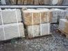 Große Sandstein-Mauersteine / Naturstein-Mauer / Sandstein-Mauer (grau-gelb), gespalten und gespitz, ohne Bohrlöcher (Sandstein-Mauersteine aus Polen), Mauersteine für eine Natursteinmauer, Polensandstein