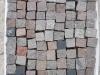 SKANDINAVISCH/ POLNISCHE PFLASTERSTEINE -MISCHUNG - Eine BUNTE Mischung von Pflastersteinen 7/9 cm aus skandinavischen Natursteinen (roter Bohus, grauer Bohus, roter Vanga, roter Tranas, schwarzer Schwede, Scandia) und einen polnischen, grauen Granit. Dieser Mix von Granit-Pflastersteinen besteht aus Würfel, die teilweise gesägt, gespalten und manchmal geflammt sind. Auf dem Foto befinden sich nasse Steine, deswegen ist die Farbintensität unterschiedlich. Ein sehr attraktiver Preis…