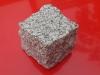 Kostka granitowa łupana (polski mrozoodporny granit), szara, średnioziarnista