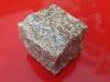 Kostka granitowa łupana (polski mrozoodporny granit), szaro-żółta, średnioziarnista