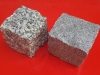 Granit-Pflastersteine, Granit-Würfel, Natursteinpflaster, allseitig gespalten, grau, Mittelkorn (links) und Feinkorn (rechts), nass, (Pflastersteine aus polnischem Granit... Natursteine aus Polen), Pflastersteine aus Polen, Pflastersteine aus Schweden, Naturstein aus Polen