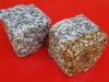 Kostka granitowa łupana (polski mrozoodporny granit), szara i szaro-żółta, średnioziarnista (w stanie mokrym)