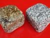 Kostka granitowa (polski mrozoodporny granit), szaro-żółta i szara, średnioziarnista (w stanie mokrym), łupana i otaczana
