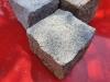 Kostka granitowa (kamienie w stanie suchym), szaro-żółta (tzw. melanż), drobnoziarnista, łupana (polski mrozoodporny granit)