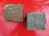 Kostka granitowa (kamienie w stanie mokrym), szaro-żółta (tzw. melanż), drobnoziarnista, łupana (polski mrozoodporny granit)