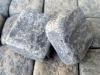 Antik Pflastersteine / Antikpflaster - Pflastersteine aus Gabro, gesägt-gespalten (Pflastersteine mit zufälligen Mengen von gesägten und gespaltenen Flächen) und zusätzlich getrommelt, Natursteinpflastersteine (ein importiertes, ukrainisches Material, Farbe - dunkelgrau/schwarz, frostbeständig), Pflastersteine- gesägt-gespalten), Pflastersteine aus Polen, Pflastersteine aus Schweden, Naturstein aus Polen