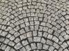 Kostka granitowa szara (polski granit śrdnioziarnisty) i czarna (granit szwedzki)