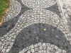Kostka granitowa, łupana szara (polski granit średnioziarnisty) i czarna (mrozoodporny granit szwedzki)