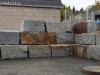 Kamień murowy z granitu, szaro-żółty, średnie ziarno, łupany