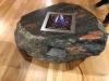 Natursteintisch aus Feldsteinen - Gartenmöbel und Wohnmöbel aus polnischen Feldsteinen; rustikale oder moderne und bunte Möbel aus Natursteinen, Naturstein-Möbel aus Polen, Möbel für den Garten und das Haus, unterschiedliche Größen, Farben und Formen, Feldsteine aus Polen, Natursteine aus Polen, Das ist nur ein Beispiel. Naturprodukt, Unikat; Es kann sein, dass dieses Sortiment verkauft worden ist.