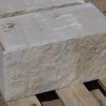 Kamień murowy z piaskowca, szaro-żółty, cięto-łupany / Sandstein-Mauersteine, Köpfe und Lagerflächen - gesägt, vordere und hintere Sichtseiten - gespalten
