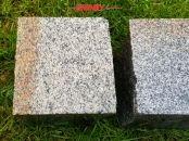 Kostka granitowa, cięto-łupana (dwie strony cięte, cztery strony łupane), szaro-ruda