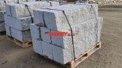 Kamień murowy z granitu, szary, średnie ziarno, cięto-łupany (2 strony cięte, 4 strony łupane)